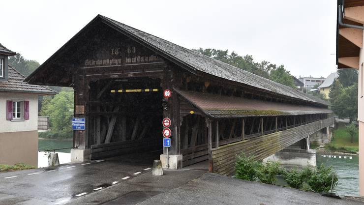 Der Motorradfahrer fuhr über die Holzbrücke. Danach kam es zur Kollision. (Archiv)