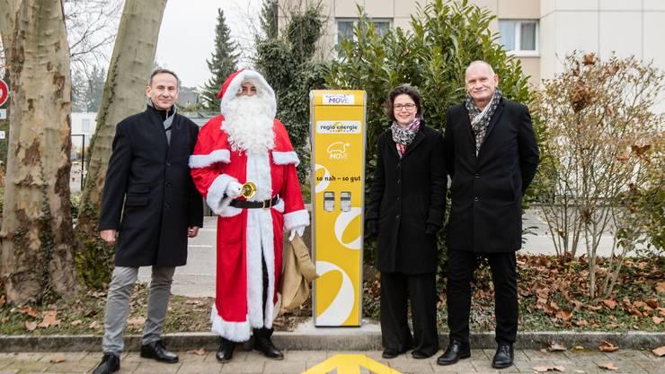 Marcel Rindlisbacher (Leiter Netze, Regio Energie Solothurn), Samichlaus, Anita Panzer (Gemeindepräsidentin Feldbrunnen-St. Niklaus) und Josef Behrens (Projektleiter E-Mobilität, Regio Energie Solothurn).