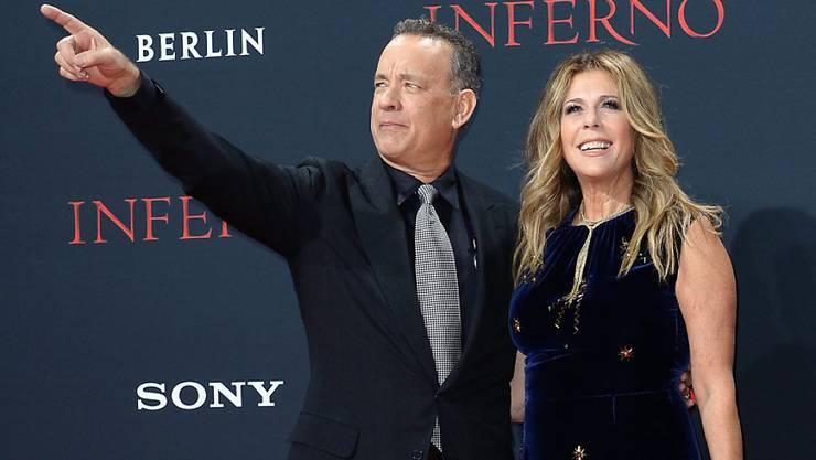 """Tom Hanks - hier mit Gattin Rita Wilson - wurde offenbar in Deutschland als """"coole Socke"""" bezeichnet. Jetzt meint er, das sei etwas zum Anziehen."""