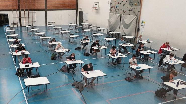 Prüfungen werden in der Turnhalle statt im Klassenzimmer geschrieben.