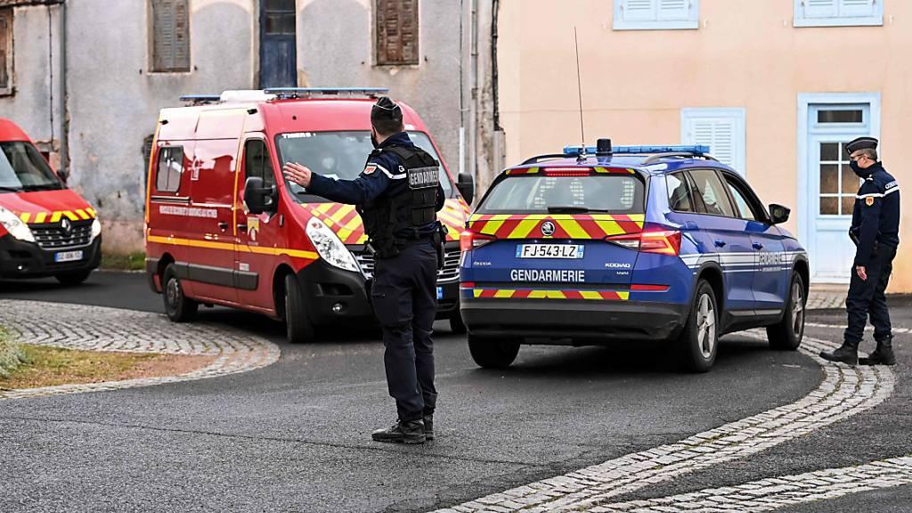 Frau flüchtet auf Dach - 3 Polizisten bei Rettungsversuch getötet