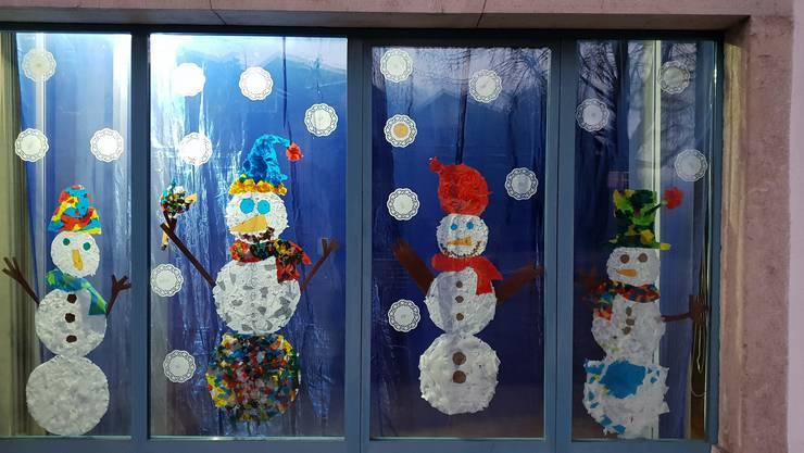 Adventsfenster in der Kächschür Oberdorf. Dieses hat das Spielplatzteam mit über 30 Kindern gestaltet.
