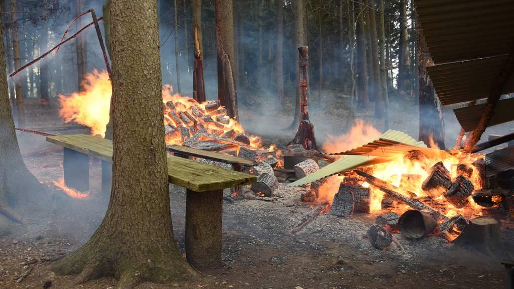 Brände bei Grillstellen – Funkenflug setzt Wald in Brand