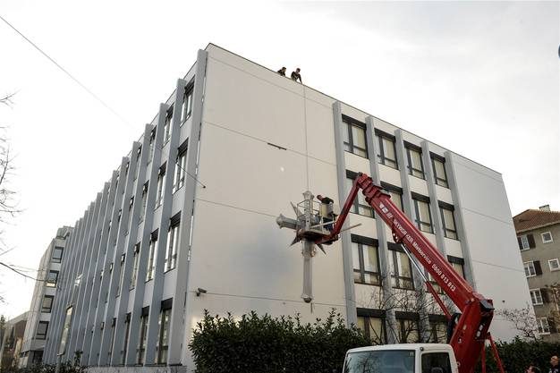Bereits im Februar wurde das Scientologen-Kreuz an der Fassade montiert.