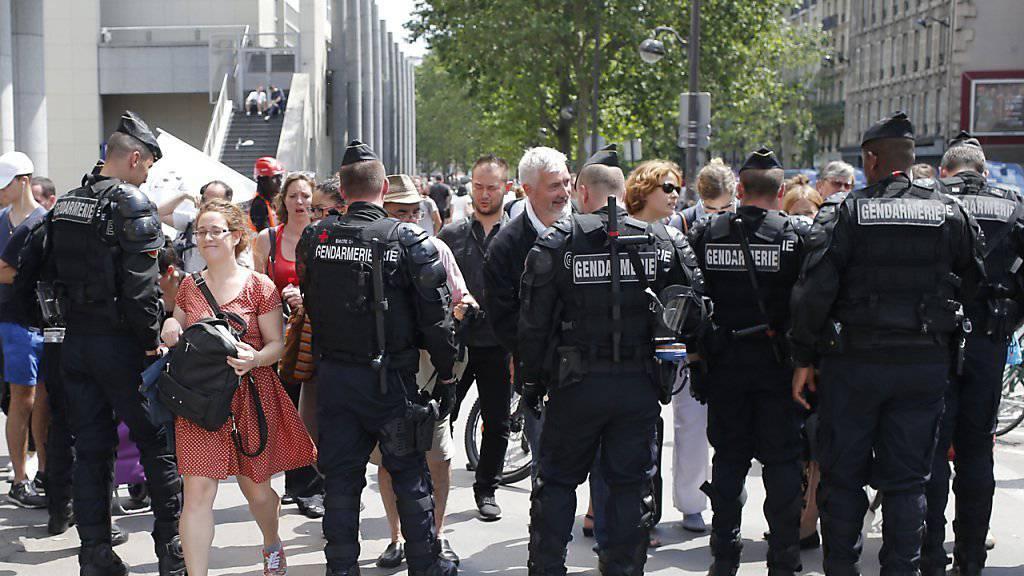 Für die Demonstration wurden massive Sicherheitsmassnahmen ergriffen.  Bereitschaftspolizisten tasteten eintreffende Demonstranten ab, kontrollierten Taschen und teilweise sogar die Personalien.