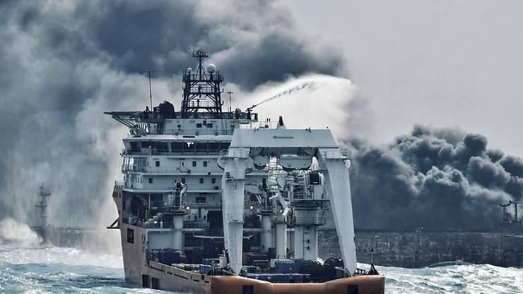 Ein Löschschiff versucht den brennenden Tanker zu löschen - nun ist dieser gesunken. (Archiv)