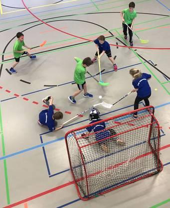 Beim Unihockeyturnier gibt jeder sein Bestes.