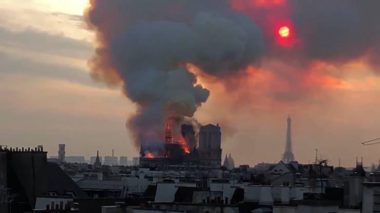 Laut diversen Nachrichtenagenturen entzündete sich das Feuer gegen 18.50 Uhr auf dem Dachboden der Kathedrale.