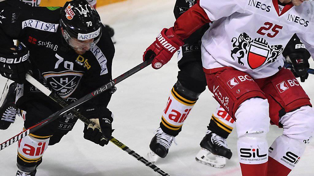 Luganos Matteo Romanenghi (links) versucht gegen Lausannes Cory Emmerton an den Puck zu kommen