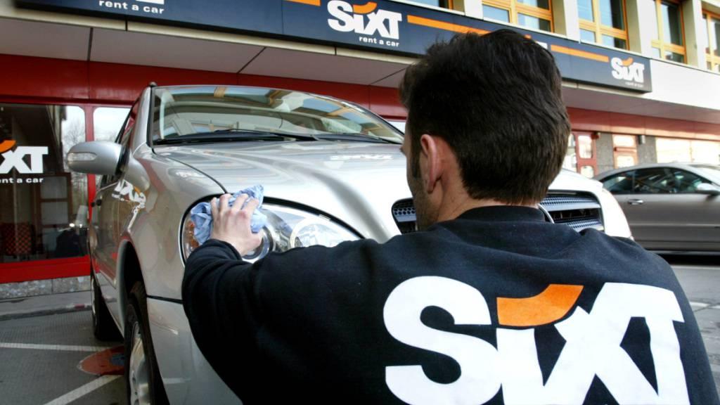 Der Autovermieter Sixt erholt sich von der Coronakrise und ist im zweiten Quartal kräftig gewachsen. Unter anderem führten die höheren Preise für Mietautos dazu.(Archivbild)
