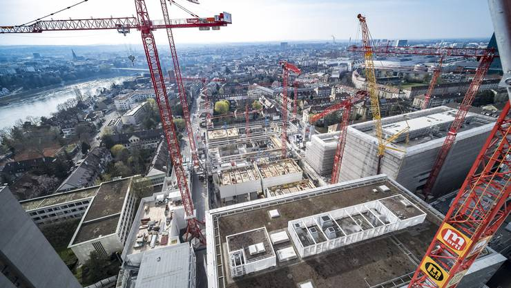 Blick über das Gelände: Die Baustellen von Roche werden zurzeit nur von rund 60 Prozent des eigentlichen Personalbestandes bedient.
