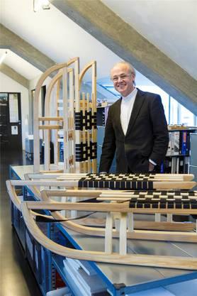 Guido Kummer präsentiert die ersten Schlitten der Nullserie in seinem Architekturbüro in der Solothurner Vorstadt.