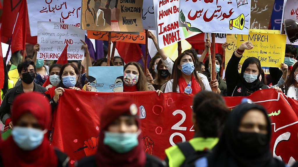 Tausende Frauen gehen in Pakistan zum Weltfrauentag auf die Strasse