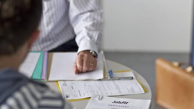 Ein RAV-Mitarbeiter berät einen jungen Arbeitslosen