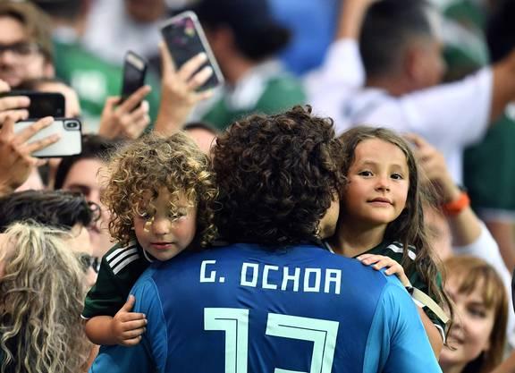 Mexikos Goalie Guillermo Ochoa feiert nach dem Spiel mit seiner Familie.