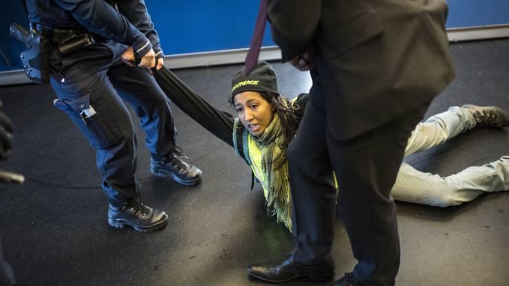 Im Vorfeld der GV sorgt eine Störaktion von Greenpeace-Aktivisten für einen Einsatz der Polizei.