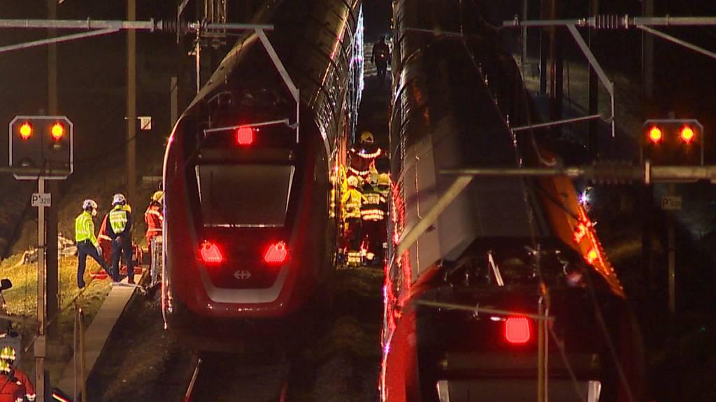 Auto gerät bei Winterthur zwischen zwei Züge: Lenkerin schwer verletzt