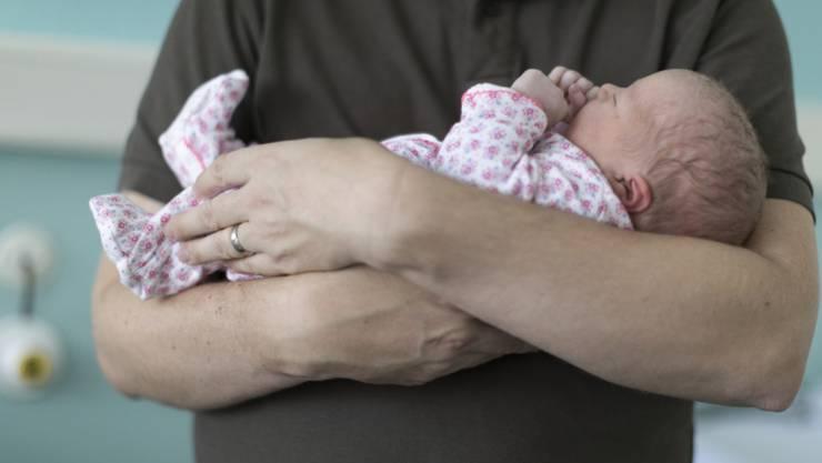 Arbeitende Väter in der Schweiz erhalten künftig einen zweiwöchigen Vaterschaftsurlaub. Ein vierwöchiger Urlaub ist erst einmal vom Tisch, nachdem die Initianten ihr Volksbegehren zurückgezogen haben. (Themenbild)