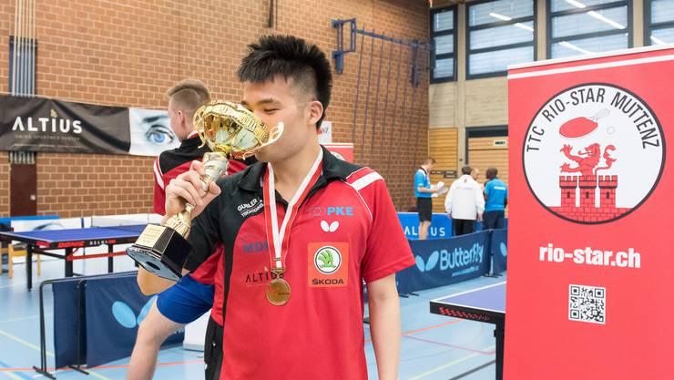 Rio-Star Muttenz gewinnt mit 6:1 gegen Lugano und ist damit Schweizer Meister. Spielertrainer Chengbowen Yang gönnt sich einen Schluck aus dem Cup.