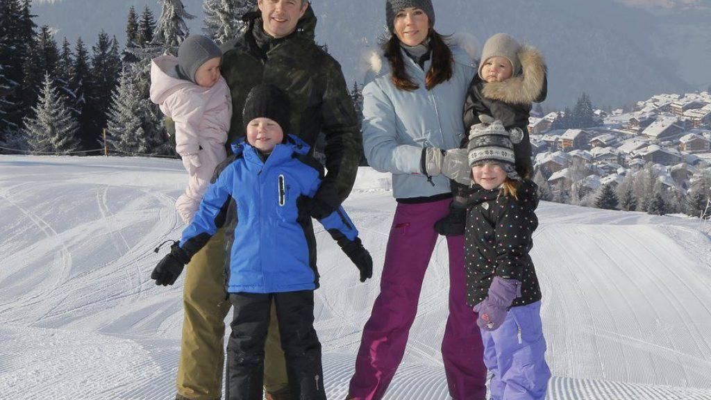 Der dänische Kronprinz Frederik - hier mit Frau und den vier Kindern in Verbier - wäre gern Astronaut geworden (Archiv).