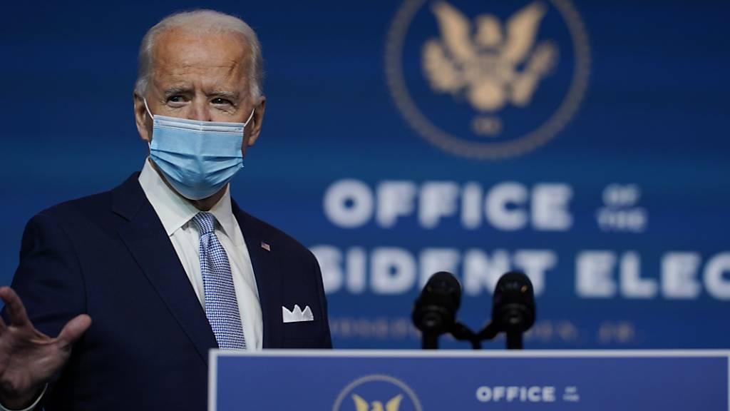 Joe Biden, Gewählter Präsident (President-elect) der USA, trifft mit Mund-Nasen-Schutz zur Vorstellung von Ernannten und Nominierten für die Schlüsselpositionen des neuen Kabinetts unter dem gewählten Präsidenten Biden und der gewählten Vizepräsidentin Harris im Queen Theatre ein.