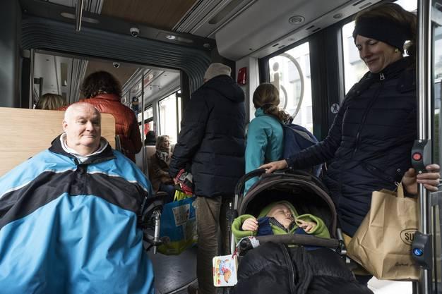 Mit Rollstuhl und Kinderwagen ist der Platz im Tram schnell voll.