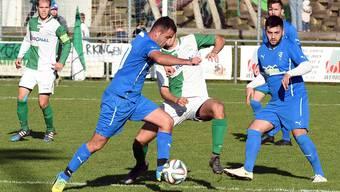 Härkingens Captain Kevin von Arx (auf dem Foto links) beobachtet den Zweikampf zwischen Stürmer Yanick Oumaray und Engin Capan, dem Mittelfeldspieler des FC Niederbipp.
