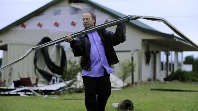 Mann in Texas sammelt nach dem Sturm einen Dachkännel ein