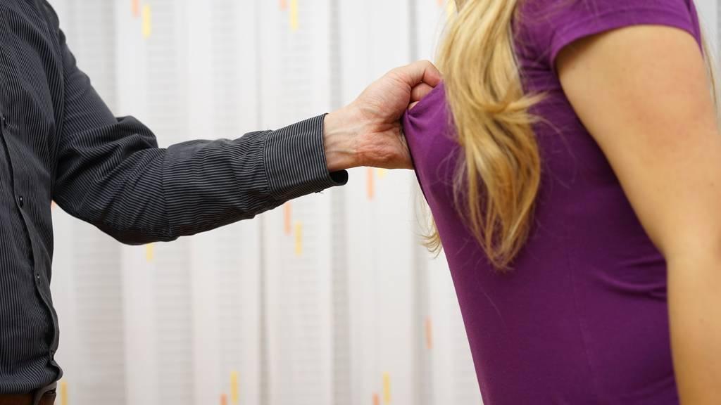 Ein 58-jähriger Mazedonier hat einer geistig behinderten Frau das T-Shirt hochgezogen und ihre Brüste berührt und geküsst – ohne, dass sie das wollte. (Symbolbild)