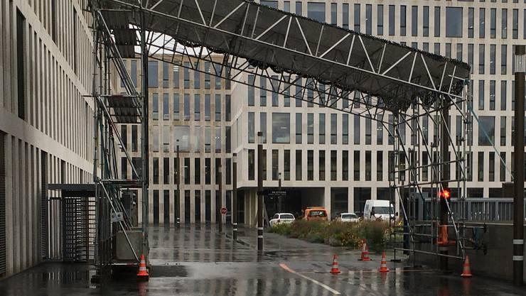 Das Notdach vor dem Verwaltungszentrum des Bundes am Berner Guisanplatz. Beim 400-Millionen-Bau vergassen die Verantwortlichen, dass die Sicherheitsleute ein Dach über dem Kopf brauchen. Links die Drehschleuse fürs Personal. Das Stahltor (rechts sichtbar) war zum Zeitpunkt der Aufnahme defekt.