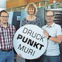 Der neue Druckpunkt Muri verbindet zwei traditionelle Firmen: Michael Schumacher von der Schumacher Druckerei AG, Therese Kron und Marius Kron von der Heller Media AG (von links).