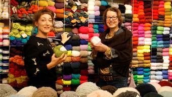 Sie stricken aus Leidenschaft: Tanja Farziew und Irene Antonini von der Strickeria Gomitolo in Rheinfelden (links) und Cristina Ain Wünsch von Ain Yarn Design in Frick. Yvonne Zollinger
