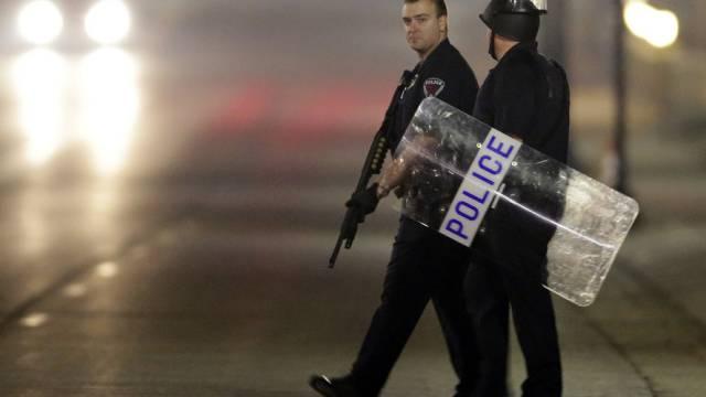 Polizisten am Ort, wo zwei Kollegen durch Schüsse verletzt wurden