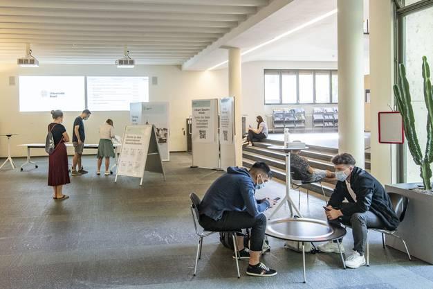 Im Kollegiengebäude der Uni Basel halten sich am ersten Tag im neuen Semester alle an die verordnete Maskenpflicht.