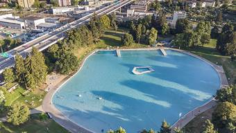Das Becken des Freibads Weyermannshaus aus Dronenperspektive.