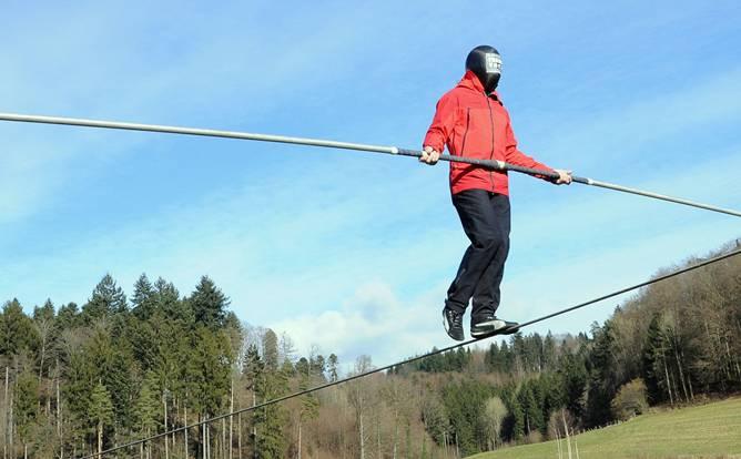 Blind übers Hochseil von einer Bergspitze zur anderen: Freddy Nock trainiert in St.Moritz für seinen Weltrekordversuch.