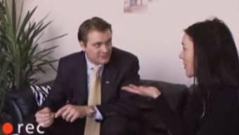 Februar 2003: Kassensturz filmt Versicherungsberater mit versteckter Kamera. Im Bild: Ein vorbildlicher Vertreter.