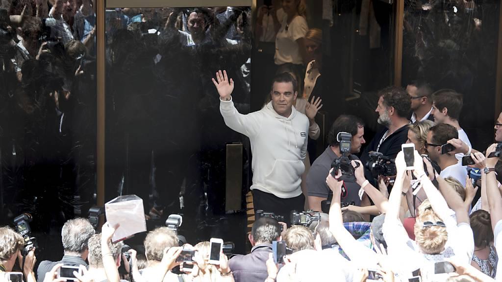Robbie Williams holt Rekordhalter Elvis Presley ein