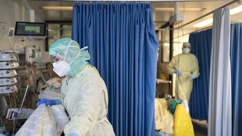 Ärzte und Pflegende kümmern sich um Covid-Patienten im Stadtspital Triemli in Zürich. (Archivbild)
