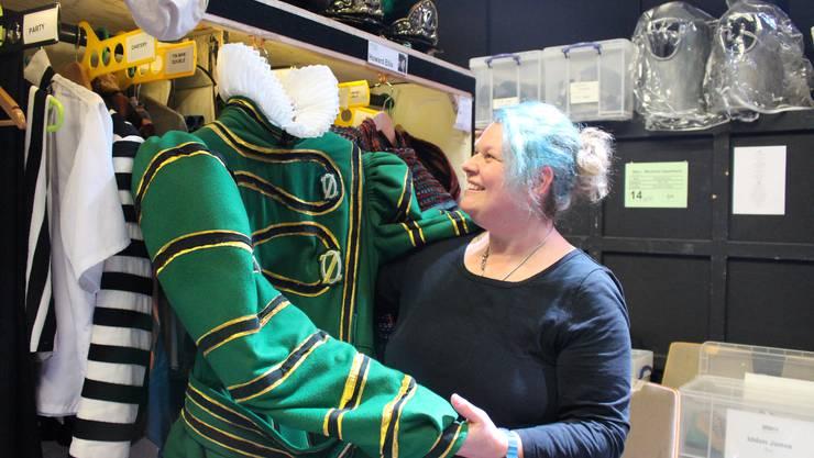 Dresserin Mari Stauffer mit dem schwersten Kostüm im Musical Wicked.
