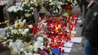 Dem verstorbenen 20-Jährigen wird am Alexanderplatz mit Blumen und Kerzen gedacht