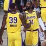 Dwight Howard klatscht mit JR Smith auf den Ausgleich der Lakers gegen Portland ab