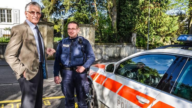 Repol-Chef Erich Holliger (links) zusammen mit Wachtmeister Roland Vogler beim Posten in Muri: «Die Polizisten sind mit höherer Gewaltbereitschaft konfrontiert.»