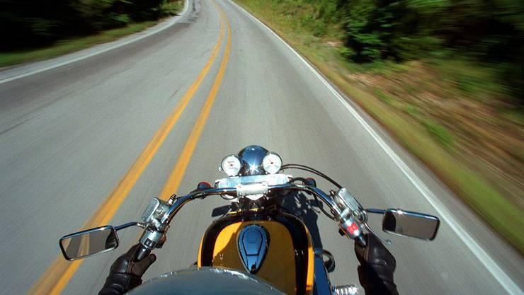 Der Motorradfahrer hatte an einem Fussgängerstreifen angehalten, damit eine Fussgängerin die Strasse überqueren konnte. (Symbolbild)