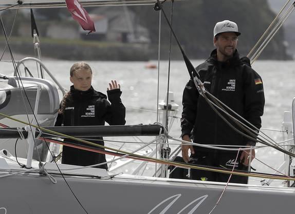 Thunberg segelt mit den Profiseglern Boris Herrmann (rechts) und Pierre Casiraghi sowie ihrem Vater Svante nach New York. Dabei ist auch ein Filmemacher.