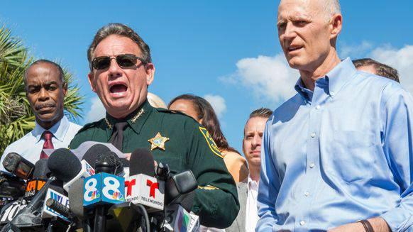 Sheriff Scott Israel (l.) informiert die Medien, rechts Rick Scott, der Gouverneur von Florida.