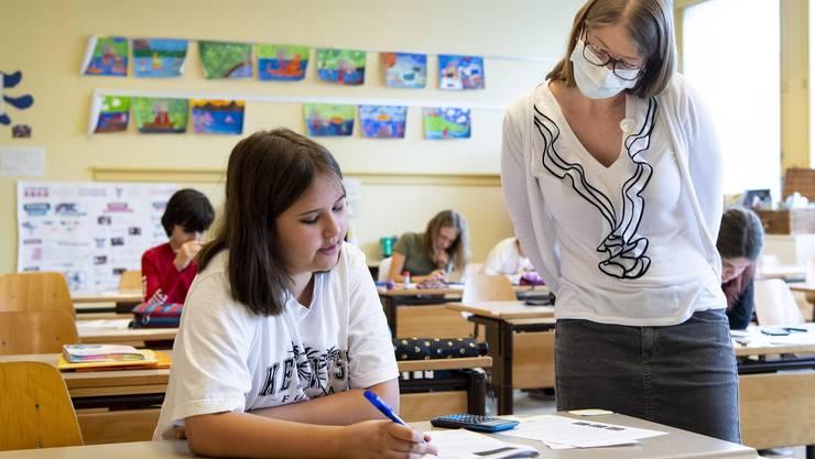 Eine Lehrerin im Kanton Waadt trägt eine Schutzmaske. In Israel stecken sich zurzeit viele Menschen in Bildungseinrichtungen an.