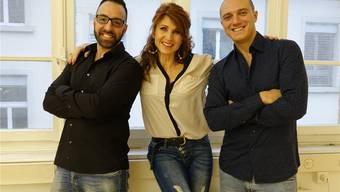 Mariella Farré mit Gianfranco Curceo (links) und Mauro Iacoviello von Salsa People Zürich am neuen Standort in Brugg.