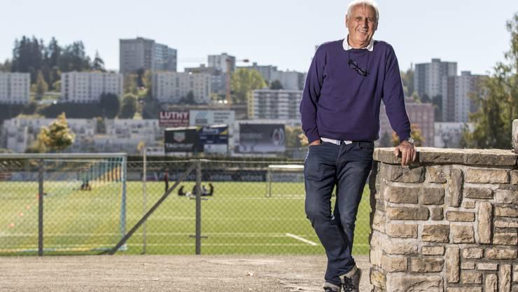 Kosovo-Nati-Trainer Bernard Challandes posiert im Stadion La Charrière in La Chaux-de-Fonds.