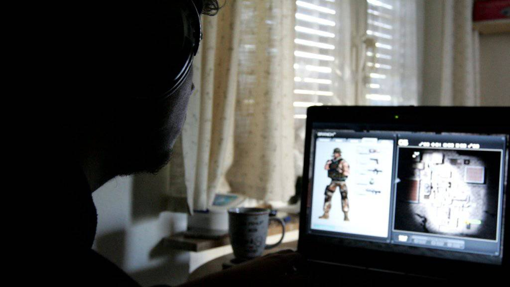 Spieler mit einem Kriegs-Onlinespiel (Symbolbild)